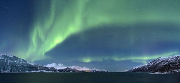 800px-Aurora_borealis_above_Lyngenfjorden,_2012_March-3