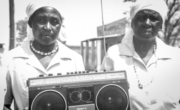 Women_of_the_Radio_Listening_Clubs_in_Seke_Zimbabwe_receive_Radios (2)